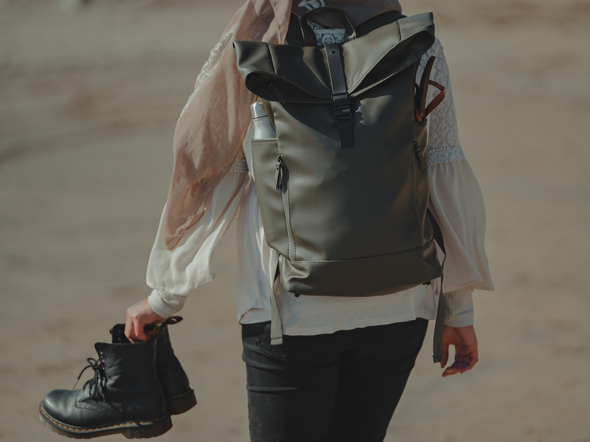 @ammarhabib with olive Rullen waterproof backpack journey by the beach