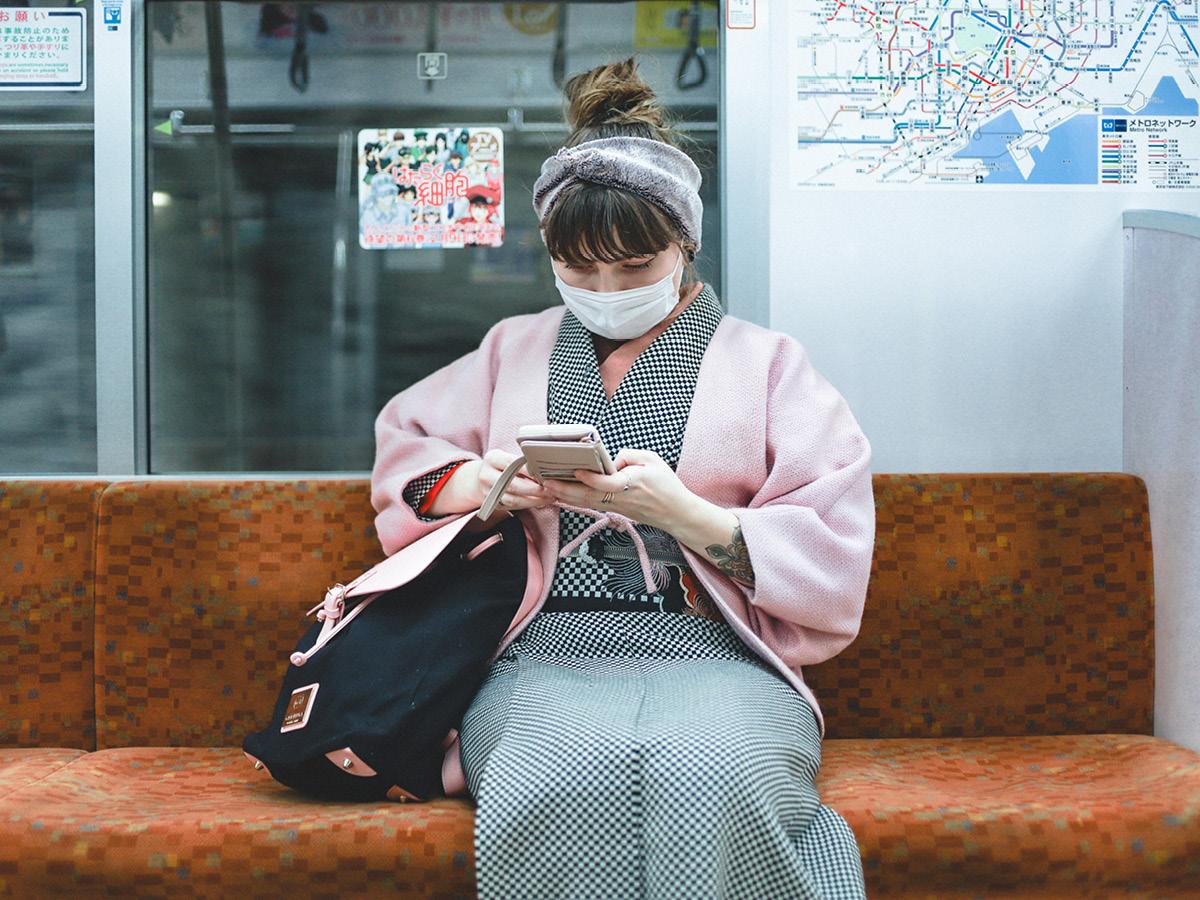 @inkimonoマスクをした着物のスターシャが電車にガストンルーガ のバックパッククレッシーと乗車