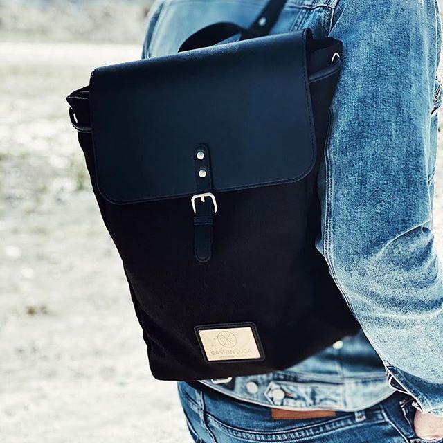Wishing you a splendid Saturday by presenting you our Clässic Black backpack. (Photo via @blakstute)  #ClässicBlack #walkswithGL #anywherewithGL #gastonluga