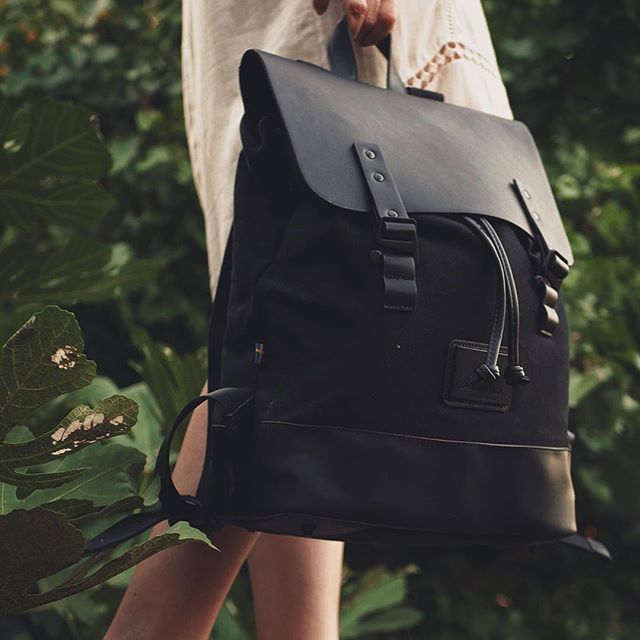 Pråper's padded inner laptop compartment and roomy interior give you enough space for your daily travels, with a hidden outer pocket to store your valuables. The strong, rugged build of the adjustable hooks provide extra-secure closure. (Photo via @olive_olga)  #PråperBlack #walkswithGL #anywherewithGL #gastonluga