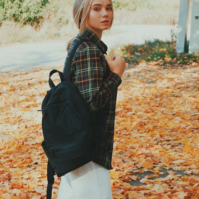 Our Kåmpis backpack is made with lightweight, water-resistant nylon. Perfect for Fall weather! ☔ (Photo via @sokova_katrin)  #KåmpisBlack #walkswithGL #anywherewithGL #gastonluga