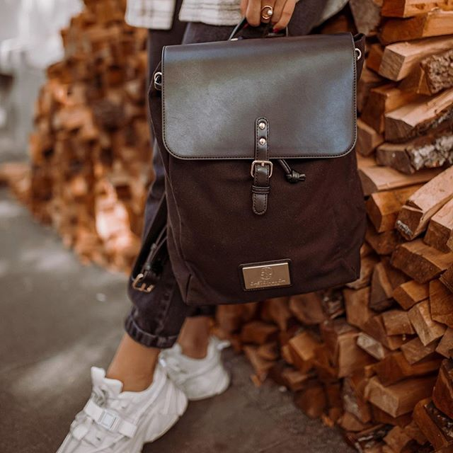 Our Clässy backpack comes with a durable top clasp that keeps your bag firmly closed, with an inner padded laptop compartment and outer hidden pocket to keep your valuables secure. ✨  (Photo via @kate.lumo) #ClässyBlack #walkswithGL #anywherewithGL #gastonluga