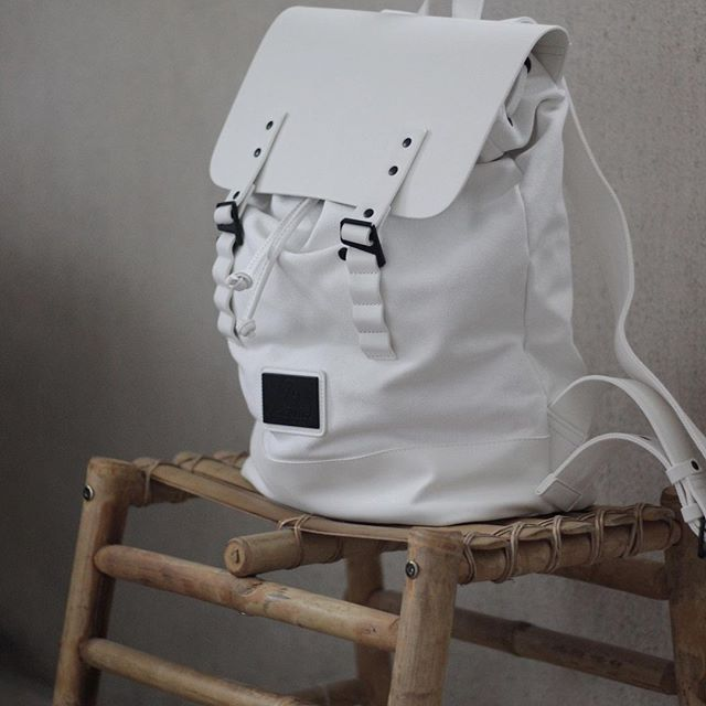Meet one of our best sellers, Pråper White! This backpack has a roomy interior that gives you enough space for your daily travels. Click on the link in our bio to find out more.