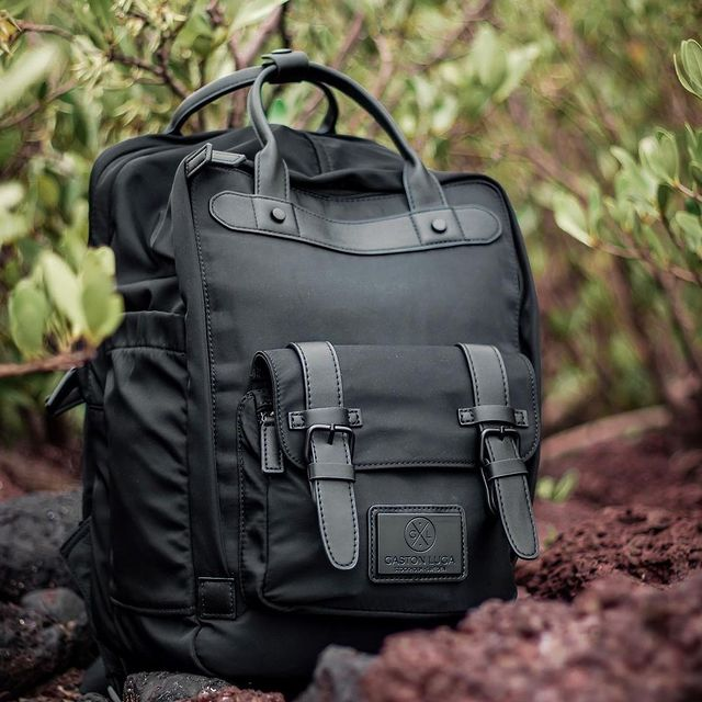 The Biten backpack comes with adjustable padded straps which allow for a comfortable fit, and a slip-over strap provides quick attachment to your luggage. Head over to our website for more details!  (Photo via @tellustotravel) #AnywhereWithGL #GastonLuga