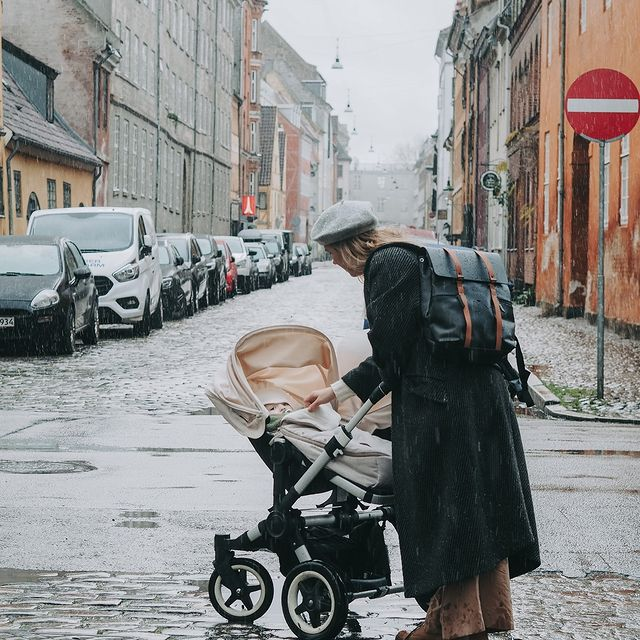 """You can always count on Spläsh 13"""" to keep your belongings dry on rainy days like these. ☔  (Photo via @mariemunktranberg) #CarryYourLife #AnywhereWithGL #GastonLuga"""