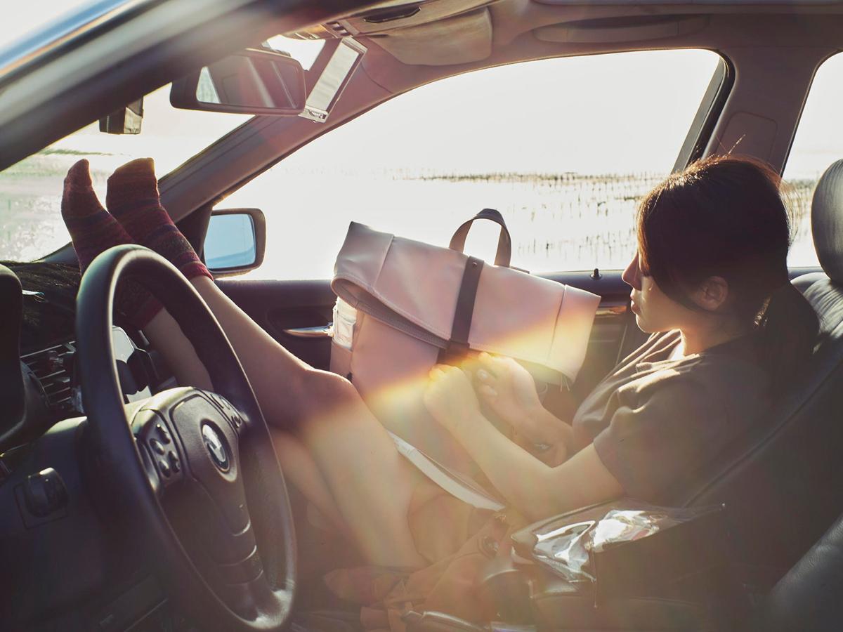 @lou_annestl和灰褐色Rullen防水背包在車內